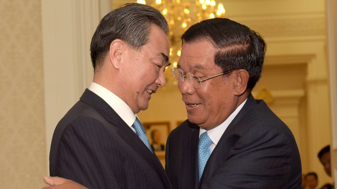 Ông Hunsen và ngoại trưởng Trung Quốc Vương Nghị