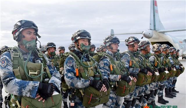 Lính dù Trung Quốc trong một cuộc diễn tập đổ bộ đường không