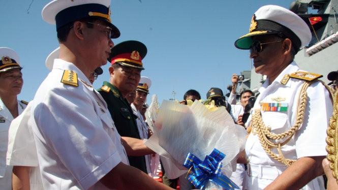 Đại diện hải quân Việt Nam tặng hoa đoàn hải quân Ấn Độ ghé thăm cảng Cam Ranh của Việt Nam