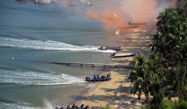 Lính Trung Quốc và Nga xung phong chiếm lĩnh trận địa khi đổ bộ chiếm đảo