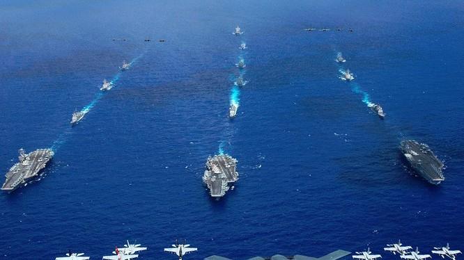 Cụm tác chiến tàu sân bay Mỹ dàn trận trên biển