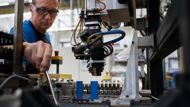 Việc đồng euro mất giá sẽ gây ra tác động tiêu cực như khiến cho doanh nghiệp nhập khẩu gặp khó khăn bởi chi phí nhập hàng hóa sẽ tăng, nhất là với nguyên vật liệu sản xuất. Ảnh: Bloomberg