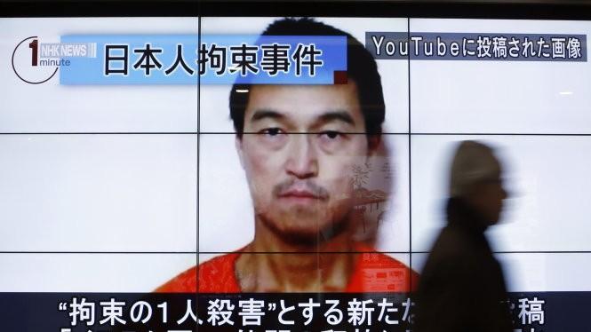 Hình ảnh nhà báo Nhật Kenji Goto xuất hiện trong một đoạn tin tức trên truyền hình Nhật Bản - Ảnh: Reuters