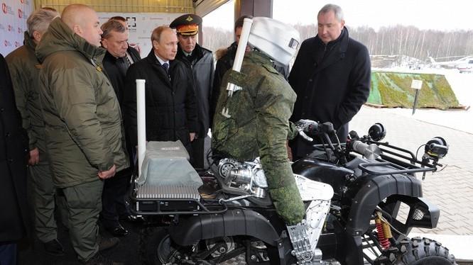 Tổng thống Nga Vladimir Putin khảo sát mẫu robot mới nhất của nước này, có thể hoạt động như người thật, do Viện trung tâm nghiên cứu khoa học Tochmash thiết kế.