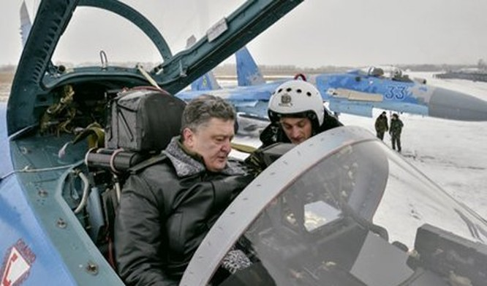 Tổng thống Ukraine Petro Poroshenko trên chiếc máy bay chiến đấu Su-27.