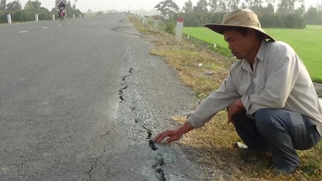 Tuyến quốc lộ mới thông xe đã xuất hiện những vết nứt dài hàng trăm mét - Ảnh: Đ.Vịnh