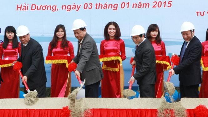 Bộ trưởng Đinh La Thăng (thứ hai từ bên trái), thứ trưởng Nguyễn Hồng Trường (bìa phải) cùng lãnh đạo Hải Dương làm thủ tục phát lệnh khởi công hai cầu Tràng Thưa và Cống Neo thuộc gói thầu RAI/CP1 (Ảnh: tuoitre)