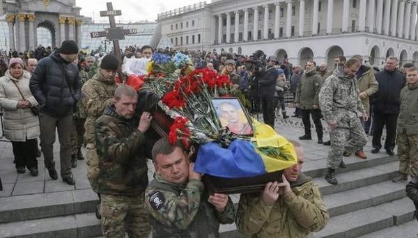 Xung đột đã cướp mạng sống của hơn 5.000 người ở miền đông Ukraina. Trong ảnh là một đám tang ở Kiev ngày 2/2. (Ảnh: EPA)