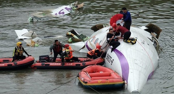 Máy bay Đài Loan xẹt qua đường cao tốc rồi rơi xuống sông: