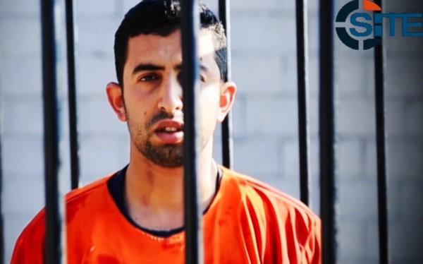 Hình ảnh cuối cùng của con tin người Jordan, Muath al-Kasasbeh, trước khi bị thiêu sống trong lồng sắt. Ảnh: SITE