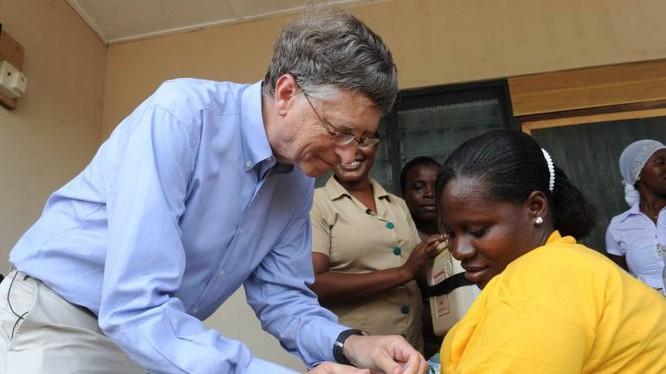 Bill Gates, cựu CEO của Microsoft hiện là người giàu nhất thế giới. Kể từ năm 2000, Gates cùng với vợ đã điều hành quỹ Bill and Melinda Gates Foundation. Cho đến nay, quỹ này đã làm từ thiện số tiền trên 30 tỷ USD.