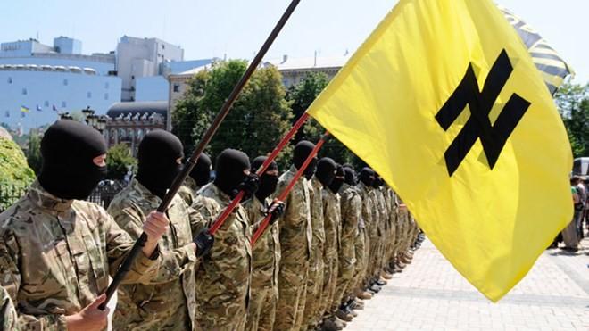 Tiểu đoàn Azov trong buổi lễ tuyên thệ trung thành với Ukraine, được tổ chức tại Quảng trường Sophia của Kiev trước khi di chuyển đến Donbass