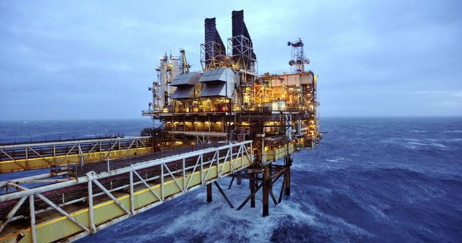 Khai thác dầu khí trên biển. Ảnh minh họa của REUTERS/Andy Buchanan/Pool/Files