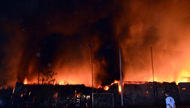 23h52 ngày 5/2, lửa phát ra tại kho chứa đồ trang trí nội thất Minh Thành trên đường Lê Hồng Phong nối dài, gần khu hồ Kỳ Hoa, (phường 12, quận 10, TP HCM) rồi nhanh chóng bùng lên dữ dội.
