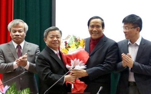 Ông Nguyễn Thanh Bình, tân Phó ban Tổ chức Trung ương tặng hoa chúc mừng ông Võ Kim Cự (thứ 2 từ trái sang) được bầu làm Bí thư Tỉnh ủy Hà Tĩnh.