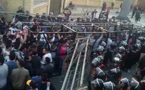 Cổ động viên Zamalek đụng độ với cảnh sát (Ảnh Egyptian Streets)