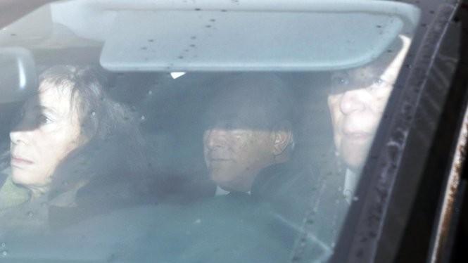 Ông Strauss-Kahn ngồi trong xe đi đến tòa án - mại dâm. Ảnh: Reuters