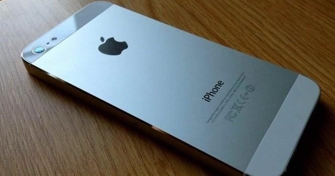 """iPhone """"rởm"""" có mẫu mã không khác gì máy chính hãng nhưng chất lượng lại rất kém (ảnh: Zing)"""