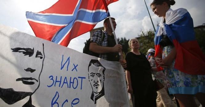 Dư luận phương Tây lo ngại Tổng thống Putin tiếp tục hậu thuẫn phe nổi dậy. Trong ảnh, một cuộc biểu tình tại Matxcơva ủng lực lượng ly khai thân Nga ở vùng Donbass (đông Ukraina). Ảnh REUTERS/Maxim Zmeyev