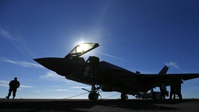 Một chiếc phi cơ F-35 trên tàu sân bay USS Nimitz của Mỹ.