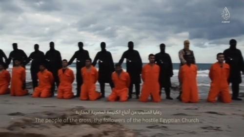 Các con tin Ai Cập quỳ trên bãi biển trước khi bị phiến quân IS chặt đầu. Ảnh: Aljazeera