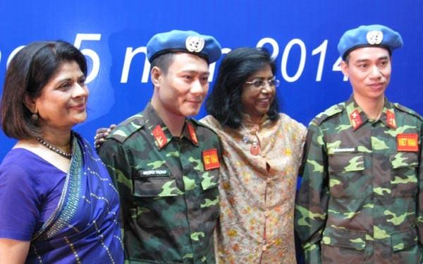 Hai sĩ quan đầu tiên của VN vinh dự đội chiếc mũ xanh của Lực lượng gìn giữ hòa bình LHQ. Ảnh: Linh Thư