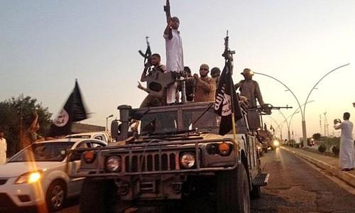 Phiến quân Nhà nước Hồi giáo diễu hành trên một chiếc xe chiếm được của lực lượng an ninh Iraq. Ảnh: AP