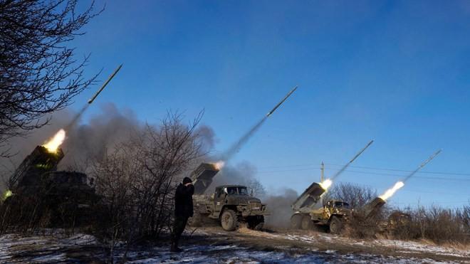 Lực lượng ly khai do Nga hậu thuẫn bắn tên lửa vào thành phố Debaltseve, miền đông Ukraine vào ngày 18/2/2015.