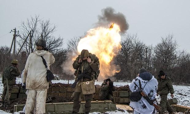 Lực lượng ly khai ở miền Đông Ukraine đang bắn đạn súng cối ở bên ngoài làng Sanzharivka.