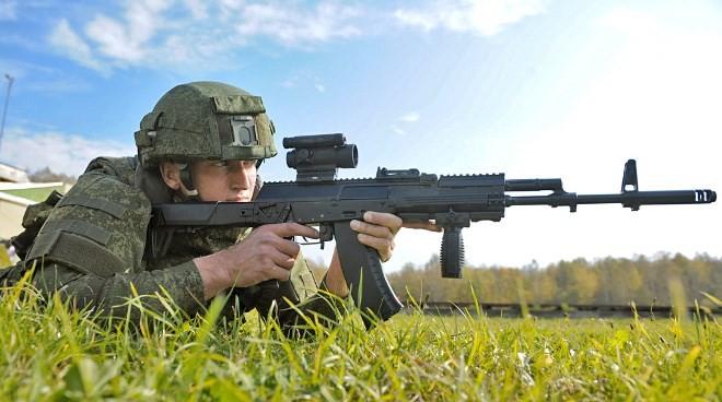 Binh sĩ Nga sử dụng súng trường AK-12.