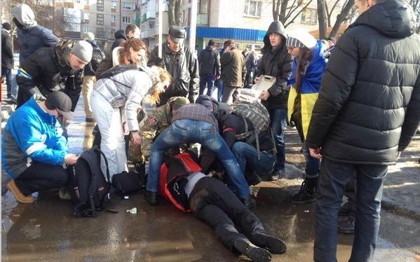 Nhiều người đã mang ảnh của những công dân đã thiệt mạng trong lễ tưởng niệm diễn ra tại Kharkov ngày 22/2.