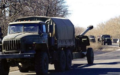 Lực lượng đối lập ở miền Đông Ukraine đã bắt đầu rút vũ khí hạng nặng ra khỏi vùng chiến sự. Ảnh: Sputnik
