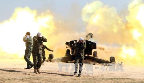 Binh sĩ Iraq giao tranh với nhóm phiến quân IS gần thành phố Tikrit ngày 28/2. Ảnh: AFP-TTXVN
