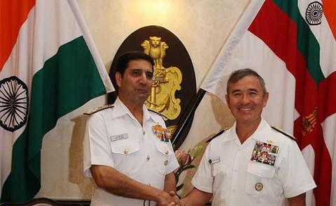 Đô đốc Hải quân Ấn Độ Robin Dhawan và Đô đốc Hải quân Mỹ Harry Harris Jr