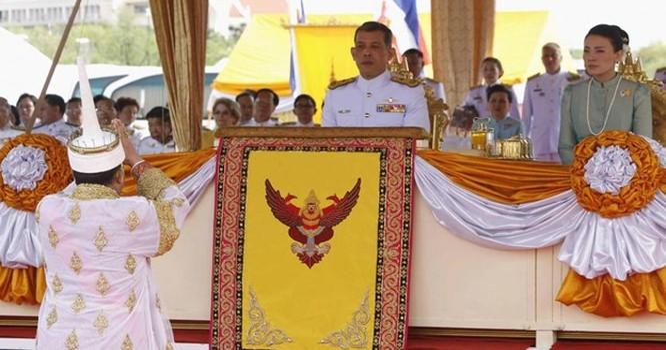 Thái tử Thái Lan Maha Vajiralongkorn và Vương phi Srirasmi tại Bangkok ngày 13/05/2014. Ảnh tư liệu REUTERS/Chaiwat Subprasom/Files