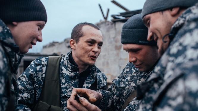 Các dân quân chiến đấu ở Debaltsevo được chuyển đến trận địa Beloy Kamenki 50 km phía Nam Donesk. Không thể thiếu Iphone...