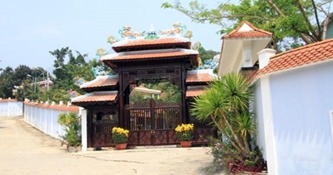 Đã qua 35 ngày khắc phục hậu quả nhưng quần thể biệt thự của ông Ngô Văn Quang vẫn nguy nga, hoành tráng. Ảnh Thùy Linh