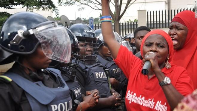 Người dân biểu tình, hối thúc chính phủ Nigeria giải cứu 200 nữ sinh bị Nhóm khủng bố Boko Haram bắt cóc ngày 14/10/2014 khi đang trên đường đến trường.