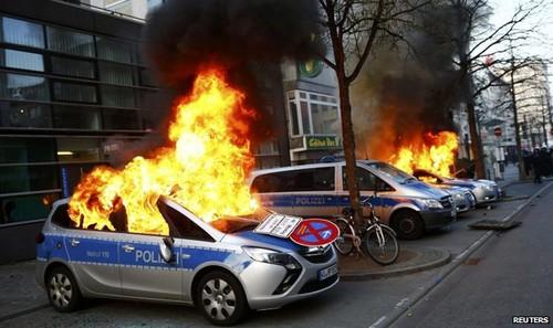 Những người biểu tình phóng hỏa nhiều xe cảnh sát. Ảnh: Reuters.
