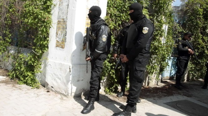Cảnh sát Tunisia đứng gác bên ngoài tòa nhà Quốc hội ở Tunis ngay sau cuộc tấn công bảo tàng BArdo - Ảnh:Reuters