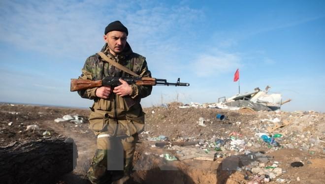 Người lính ly khai miền đông Ukraine làm nhiệm vụ tại làng Frunze thuộc vùng Lugansk. (Nguồn: AFP/TTXVN)