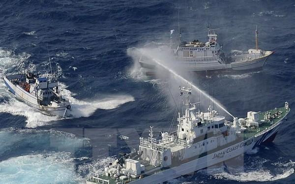 Tàu bảo vệ bờ biển Nhật Bản (phải) phun nước vào các thuyền của Đài Loan tại vùng biển Hoa Đông. (Nguồn: AFP/TTXVN)