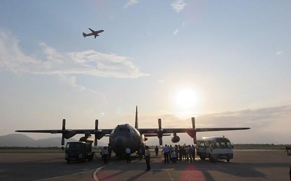 Chiếc máy bay vận tải C-130 mang số hiệu 1459 của Không quân Hoa Kỳ đang đậu tại sân bay Đà Nẵng (Ảnh: HC)