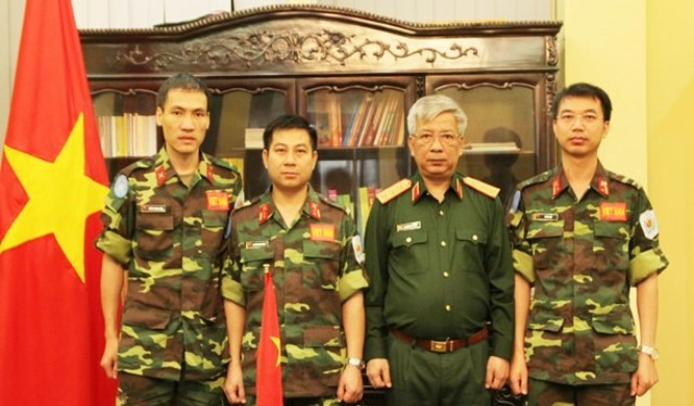 Thượng tướng Nguyễn Chí Vịnh chụp ảnh lưu niệm cùng 3 sĩ quan chuẩn bị lên đường làm nhiệm vụ Gìn giữ hoà bình