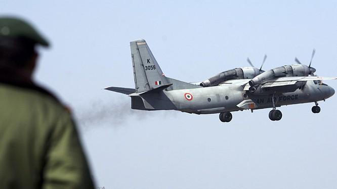 Máy bay quân sự AN-32 của Không quân Ấn Độ được kiểm tra tại sân bay kỹ thuật ở Jammu. Ảnh: Reuters.