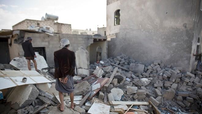 Hiện trường đổ nát sau các cuộc không kích tại Yemen. (Nguồn: AP)