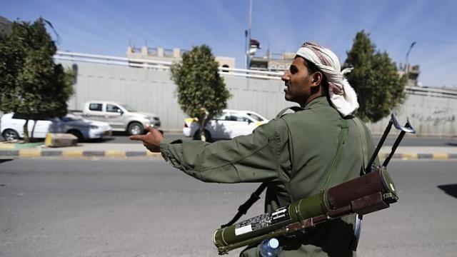 Một tay súng Houthi đứng gác trên đường dẫn vào Dinh Tổng thống ở thủ đô Sanaa, Yemen, ngày 20/1. (Nguồn: Reuters)