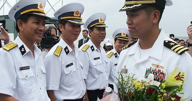 Hạm trưởng Lê Bá Hùng chỉ huy hai tàu khu trục USS Lassen (DDG 82) và USS Blue Ridge (LCC 19) của Hải quân Hoa Kỳ thăm Đà Nẵng hồi tháng 11/2009 (Ảnh: HC).