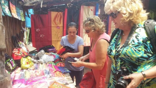 Khách du lịch nước ngoài tại một điểm du lịch ở Tiền Giang - Ảnh: Lê Nam