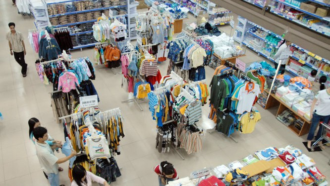 Người tiêu dùng mua sắm hàng thời trang tại siêu thị vinatexmart Tân Thuận (Q.4) - Ảnh: Thanh Đạm